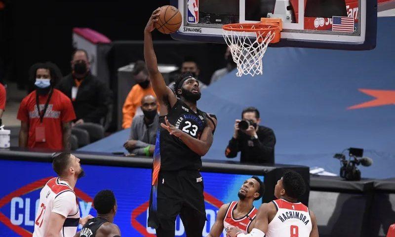 Mitchell Robinson de los Knicks sufre una lesión en el pie fracturado contra los Bucks